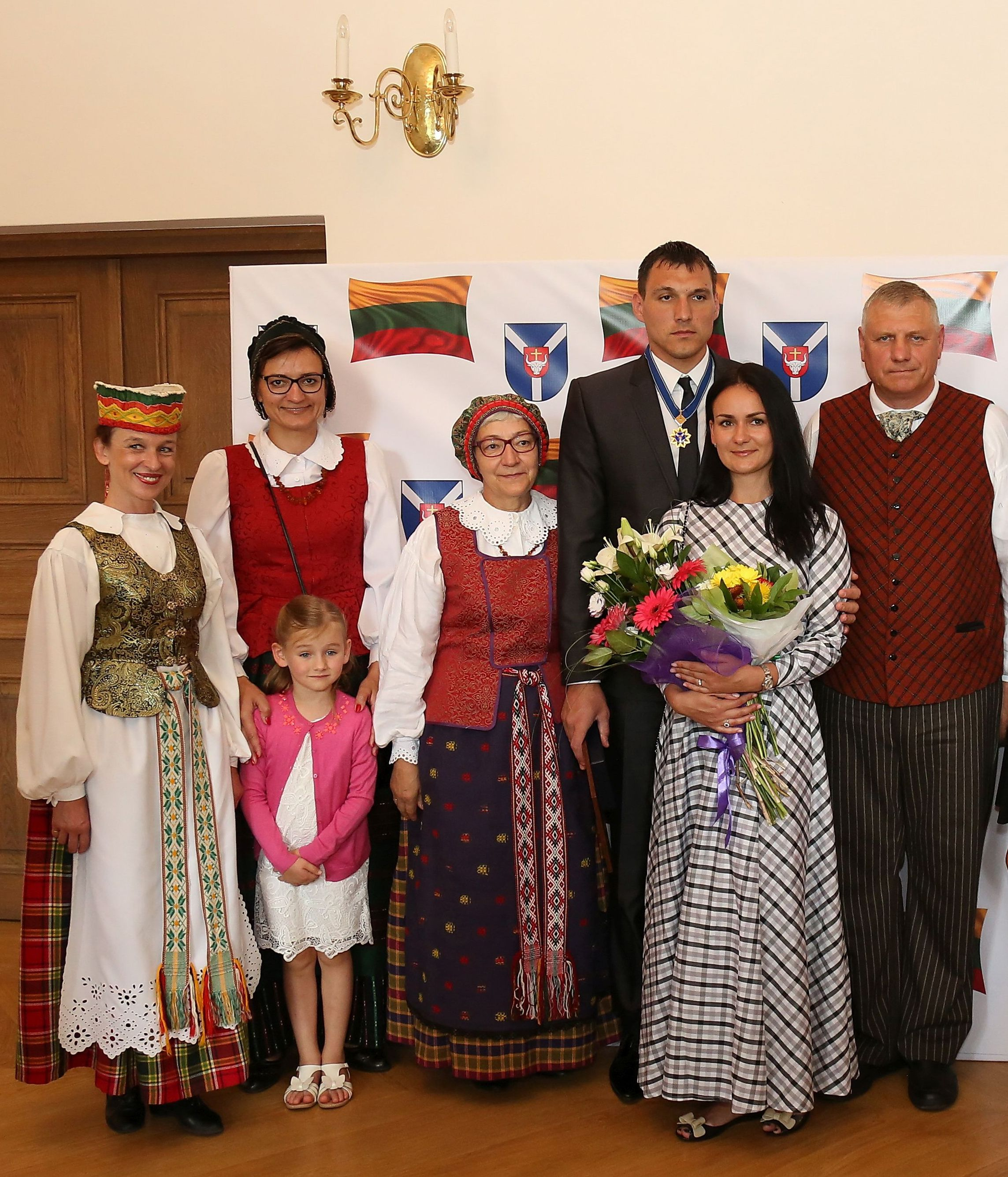 Jonas Mačiulis su šeima ir Karmėlavos seniūne Raudondvaryje