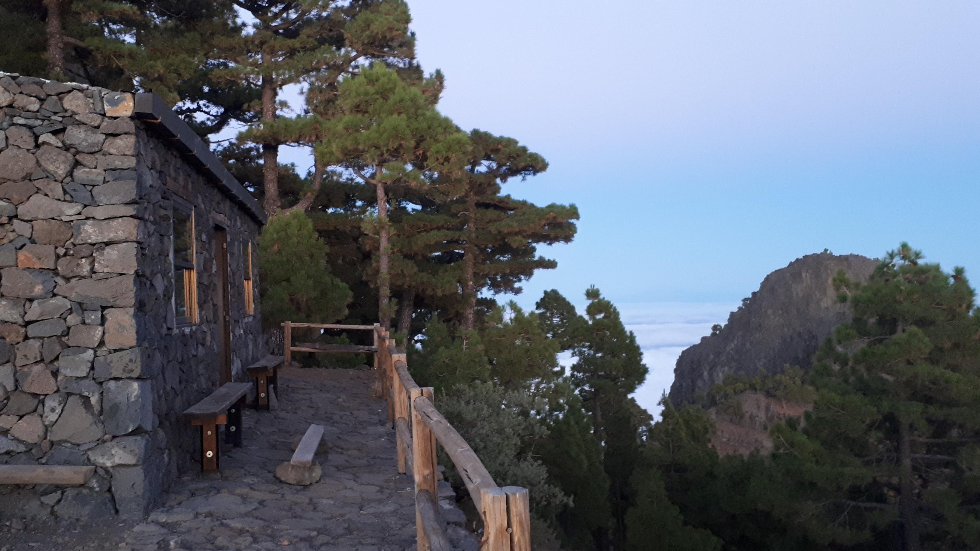 Nakvynei įrengtas akmeninis namelis kalnuose