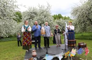 Obelynė Gegutės šventė Obelynėje. V. Makūnas dėkoja sodybos šeimininkams Algirdui ir Eleonorai Baltuškevičiams
